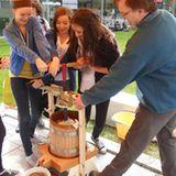 Schüler pressen Äpfel