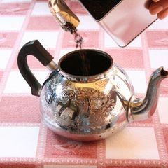 Zunächst wird die Kanne (Trekkpott) durch Ausspülen mit kochendem Wasser angewärmt, damit der Tee auch wirklich heiß ist. Danach wird der Tee in die Kanne gefüllt (pro Tasse einen kleinen ostfriesischen Teelöffel und am Ende einen Teelöffel für die Kanne).