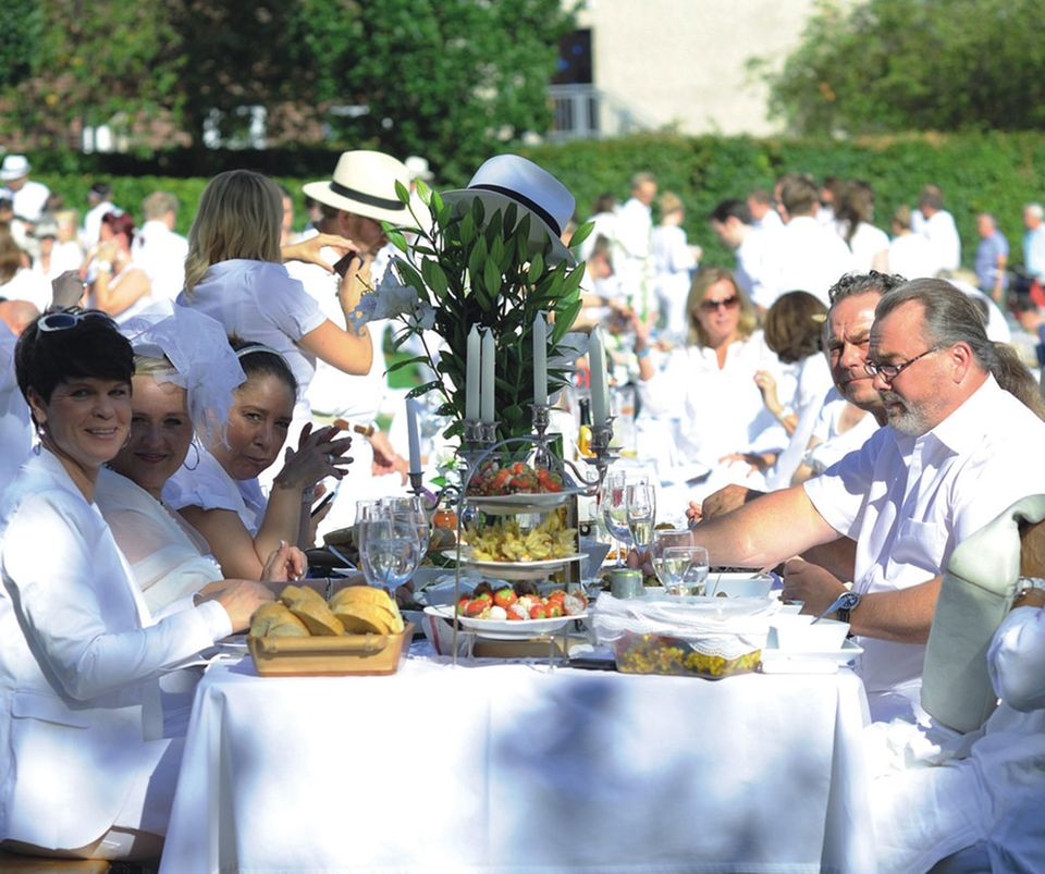 Beim Weißen Dinner in Hamburg wird in stilvoller Atmosphäre gepicknickt