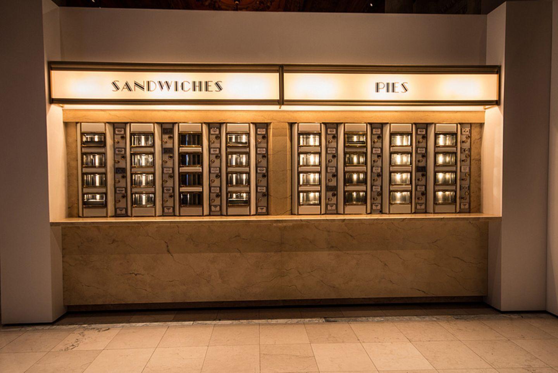 Restaurierter Essens-Automat in der Ausstellung