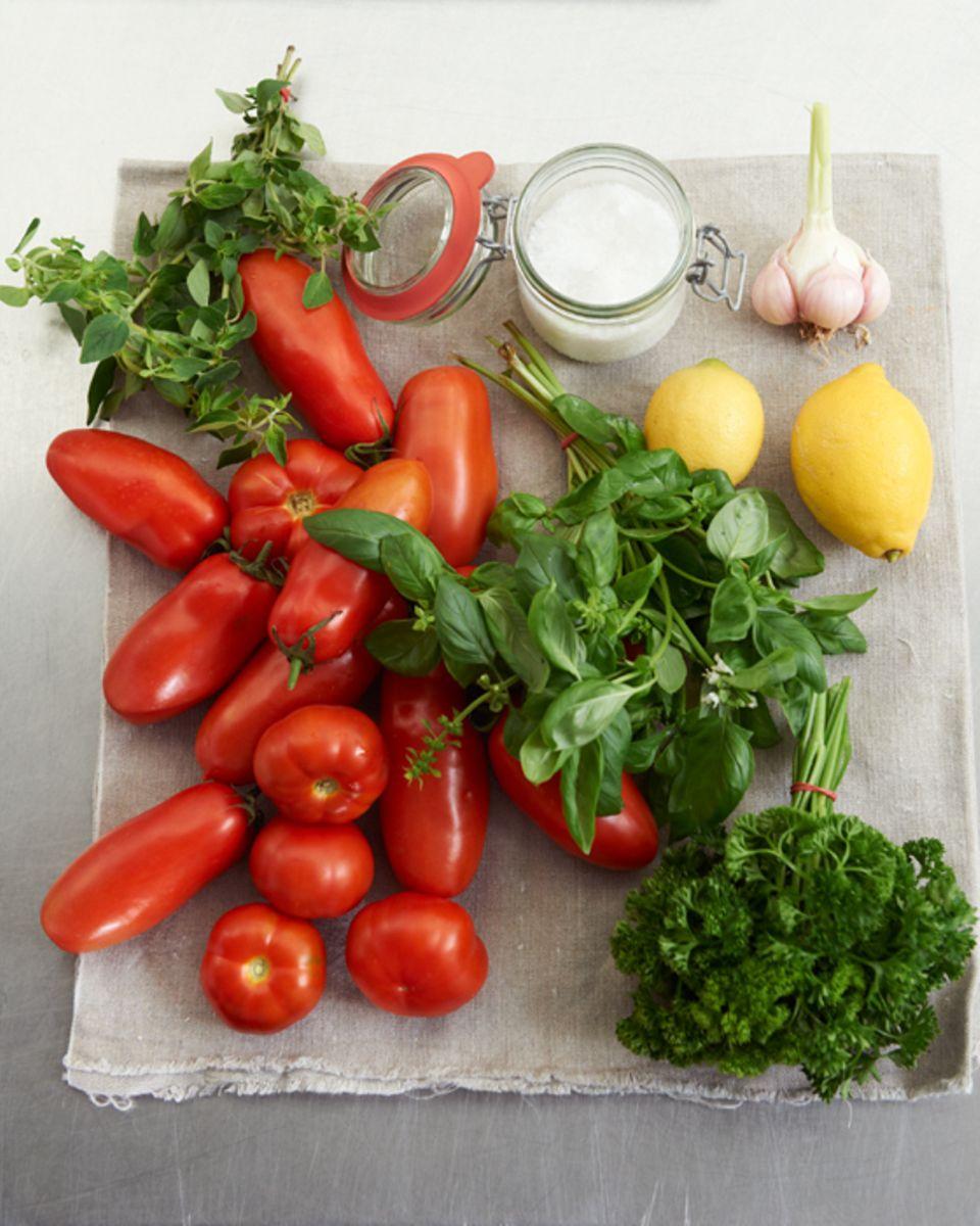 Vollreife Tomaten und Kräuter fürs Einkochen