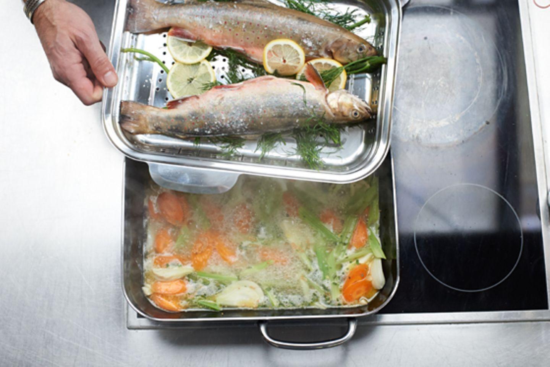 Schritt 2: Einsatz mit Fischen in Topf hängen