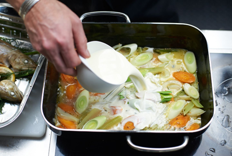 Schritt 5: Sud mit Sahne zur Sauce verfeinern