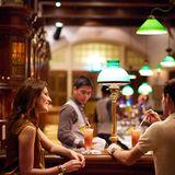"""Singapore Sling in der """"Long Bar"""""""