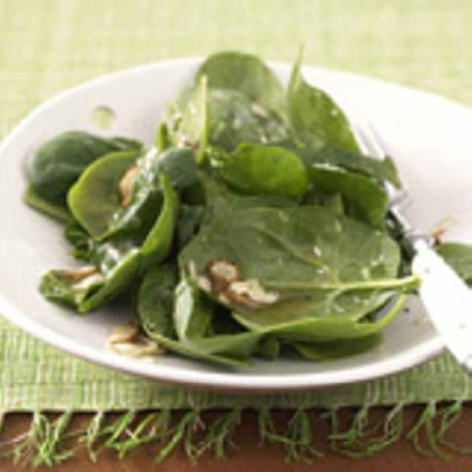 Blattspinat Salat mit Haselnusskernen