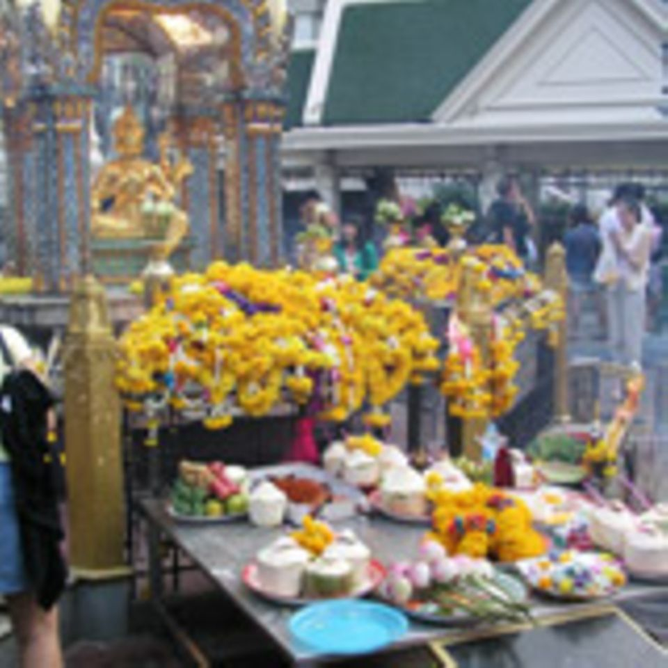 Kulinarische Opfergaben vor einem Buddha