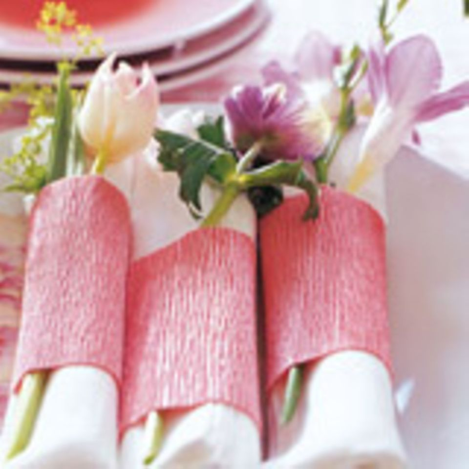Serviettenringe aus rosa Krepp-Papier