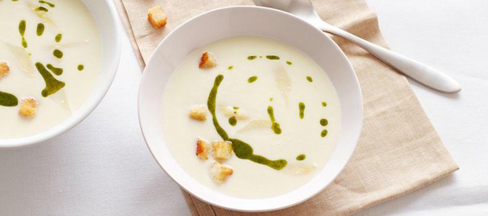 Köstlich: Spargelcremesuppe mit Basilikumöl