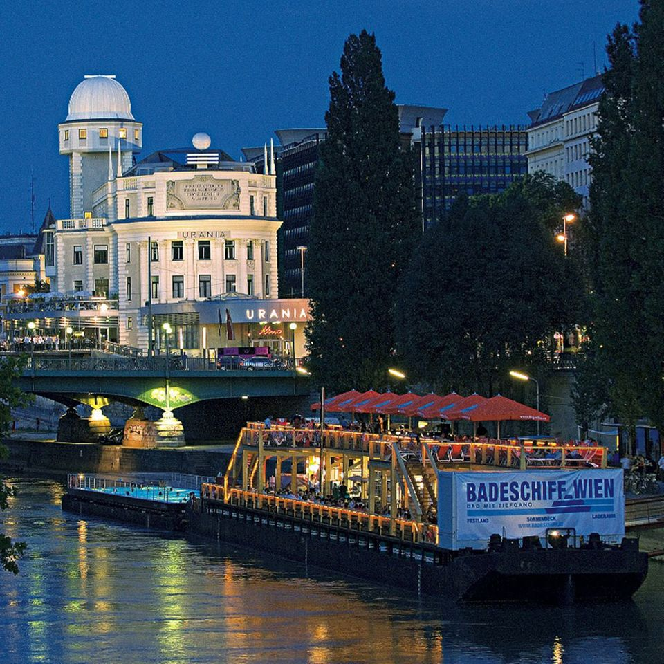 Das Badeschiff liegt im Donaukanal vor Anker
