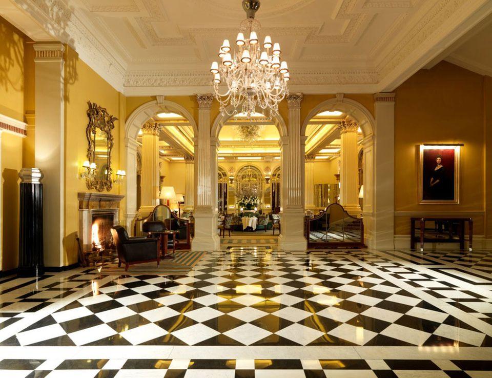 """Luxuriöser Empfang: Die Eingangshalle des Hotels """"Claridge's"""""""