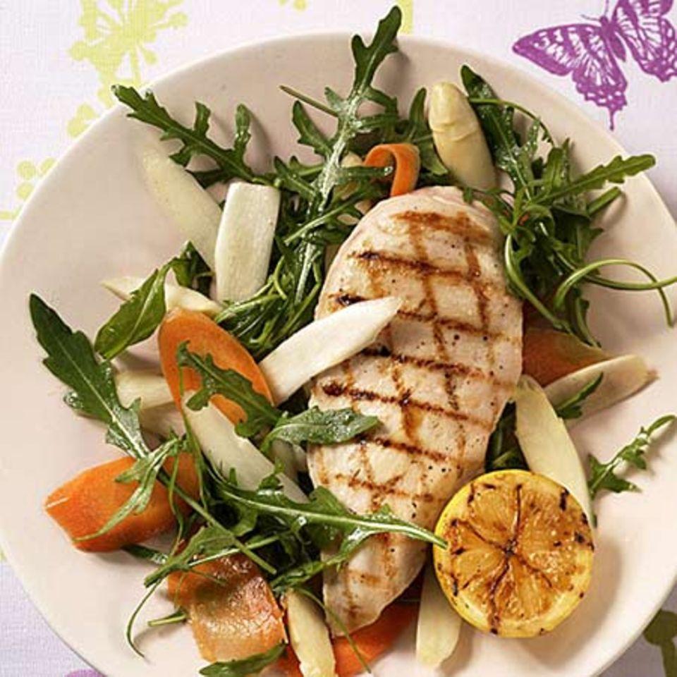 Gegrilltes Huhn auf Spargel-Möhren-Salat