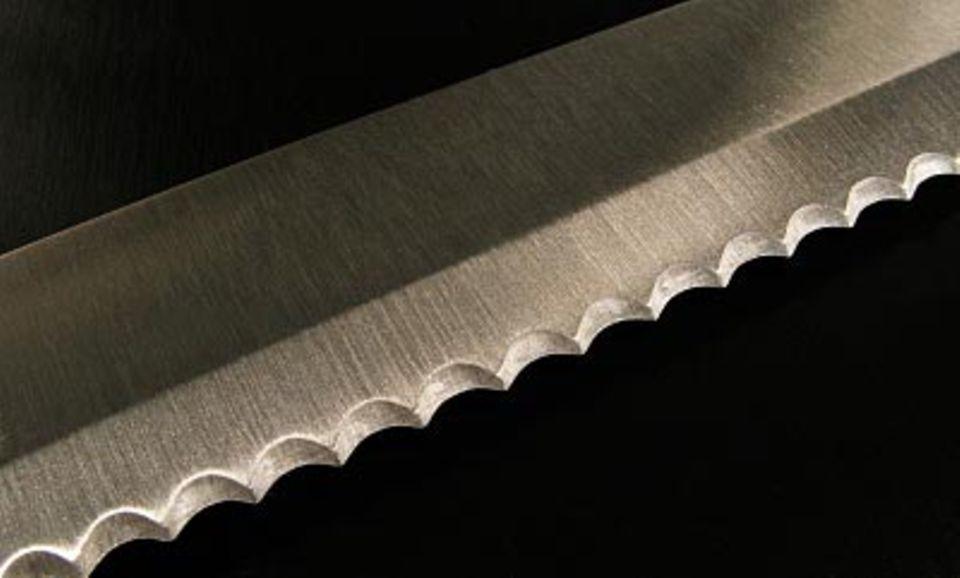 Messer mit Wellenschliff.