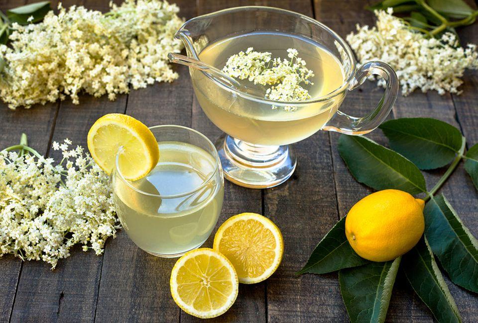 Holunderblütensaft mit Zitronenscheiben