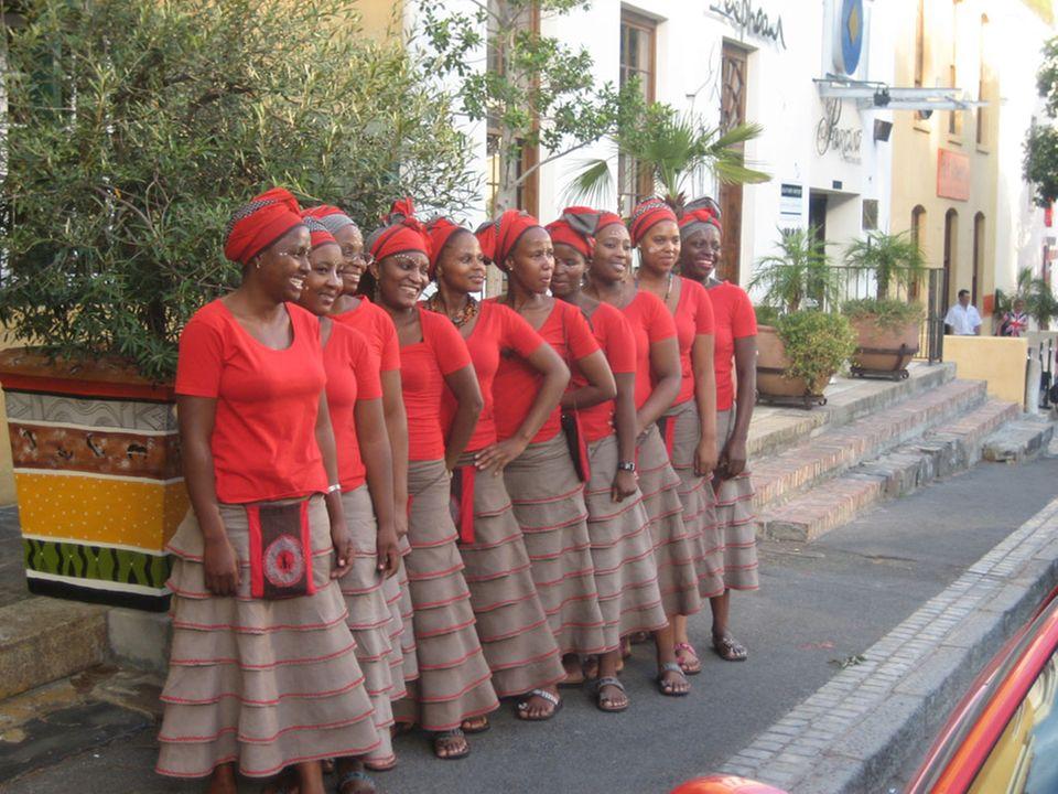 """Die Damen des """"Africa Cafés"""" warten schon auf die kommenden Gäste."""