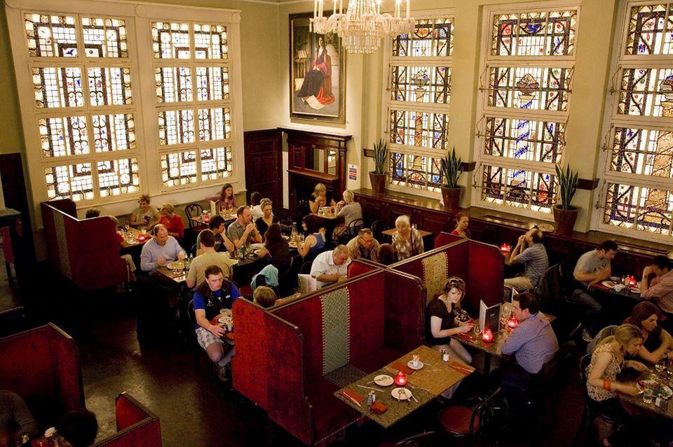 Bewley's Oriental Café ist insbesondere am Wochenende ein heiß begehrter Ort in Dublin.