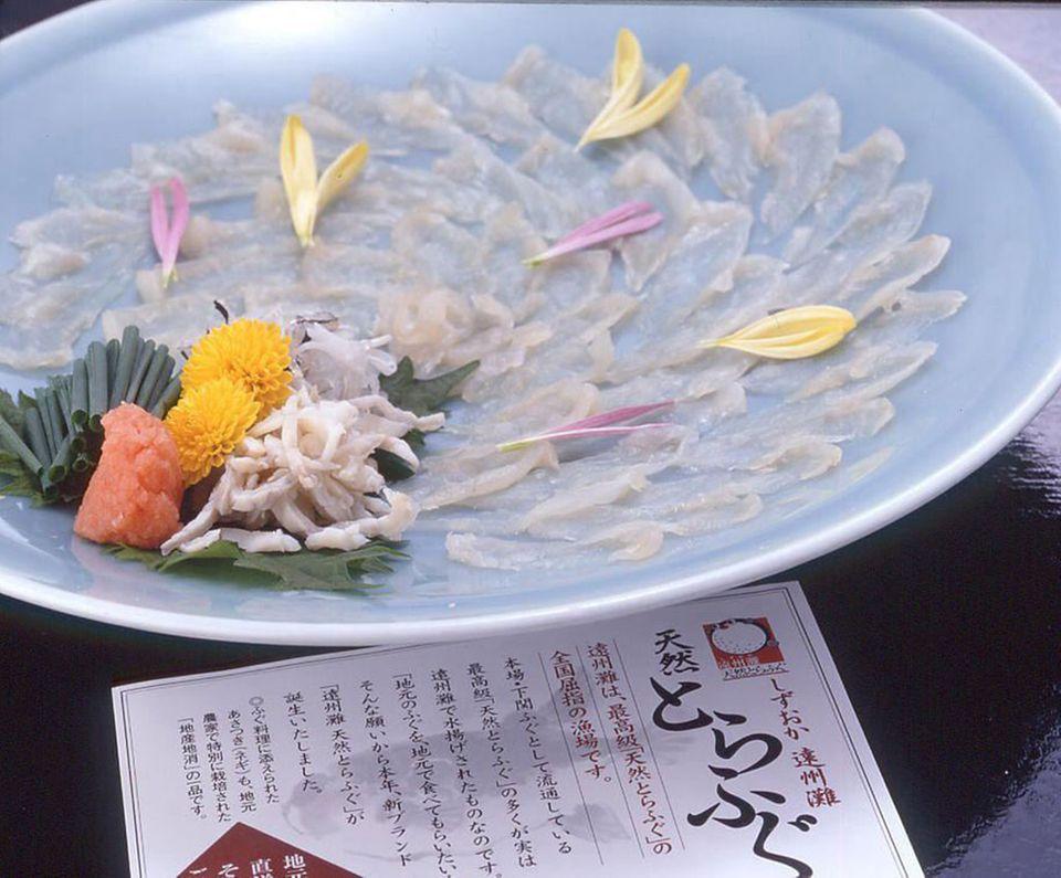 Fugu wird oft als hauchdünnes Sashimi gereicht