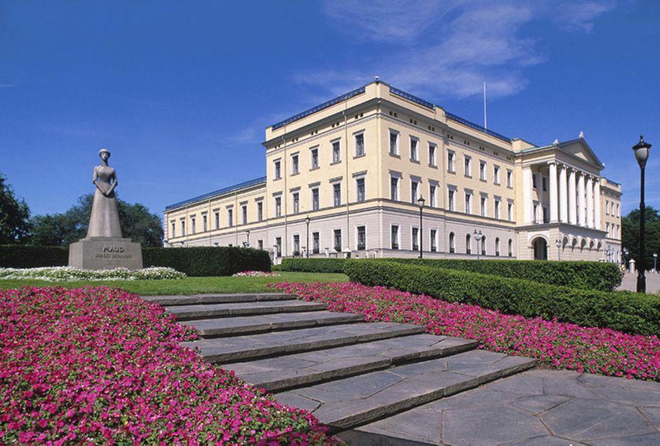 Das Königsschloss liegt in einem schönen Park