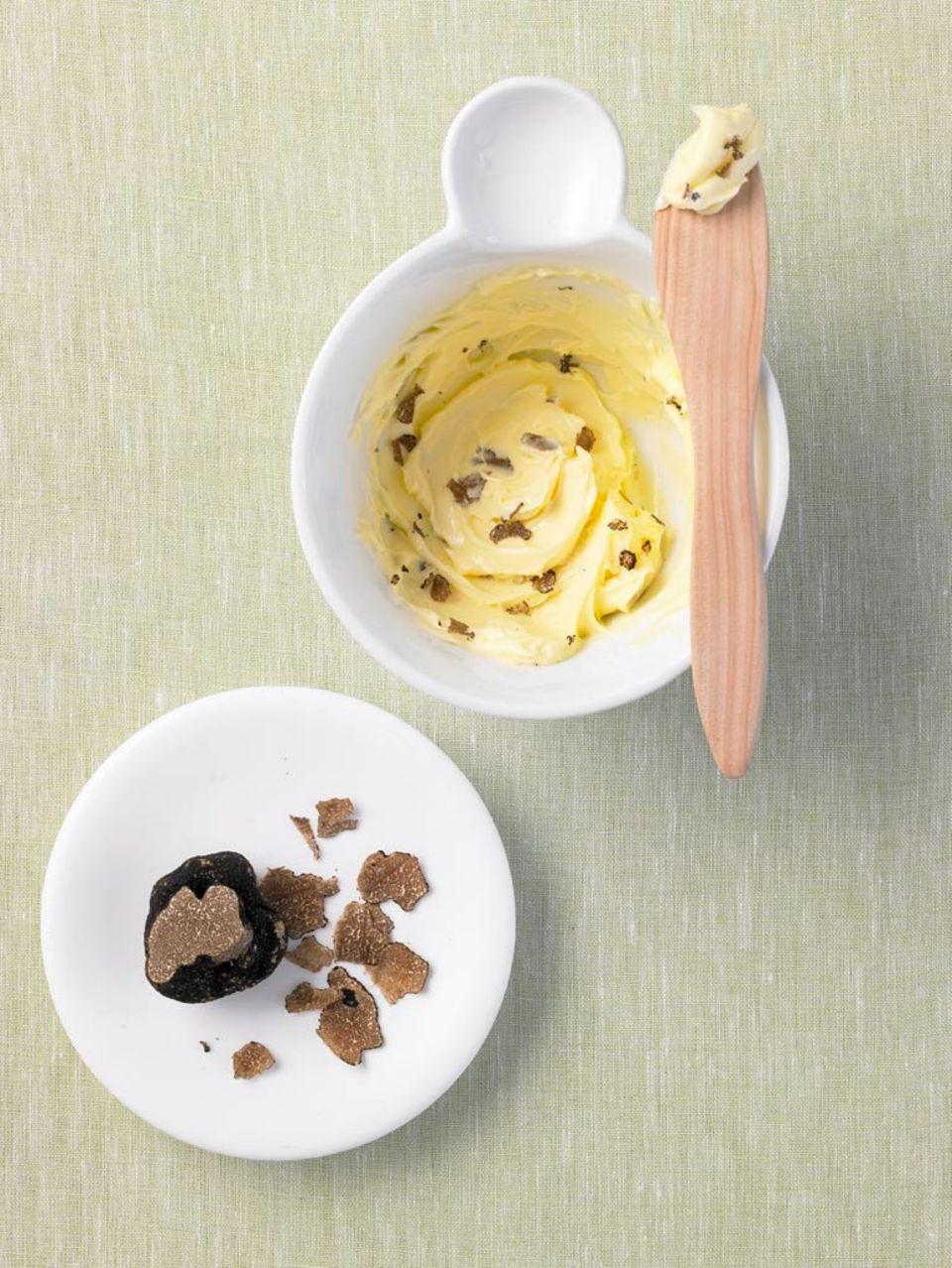 Butter mit frischen Trüffeln.