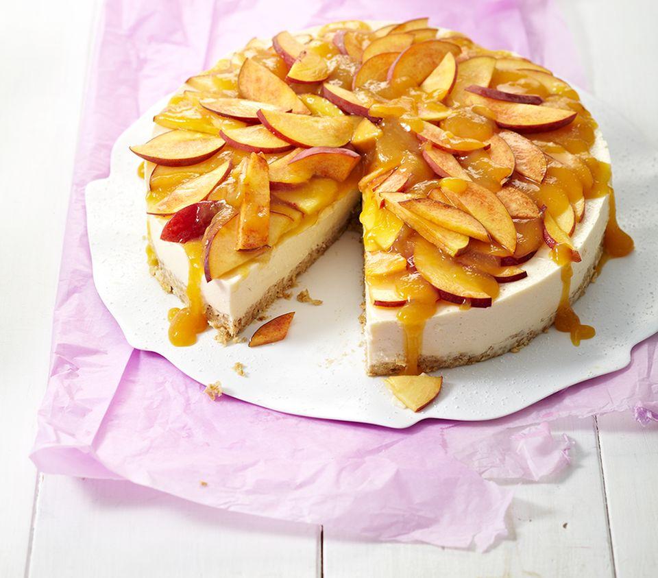 Süßer Sonnengruß: Pfirsichspalten mit Guss auf einer Frischkäse-Torte
