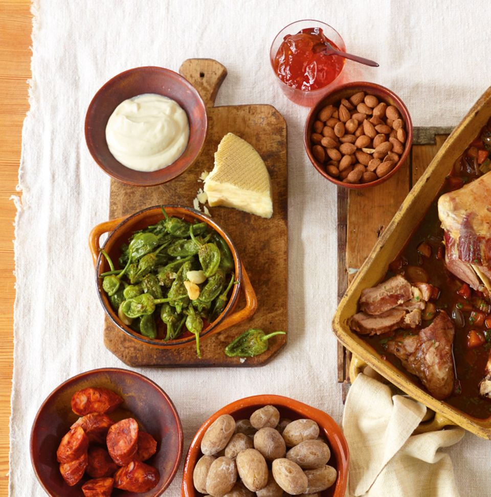 Pimientos de Padrón, Papas arrugadas, Aioli und Chorizo gehören zu den bekanntesten Tapas