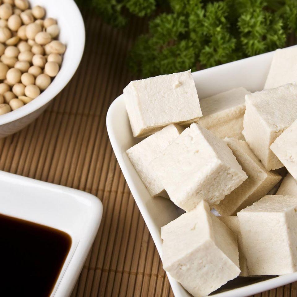 Tofu und Sojasauce sind Produkte aus Sojabohnen