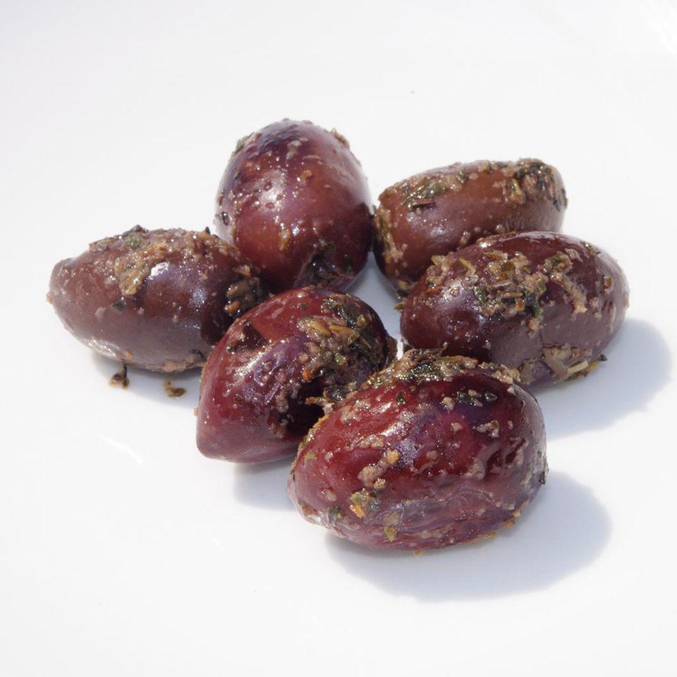 Griechische Kalamata-Oliven mit Kräutern