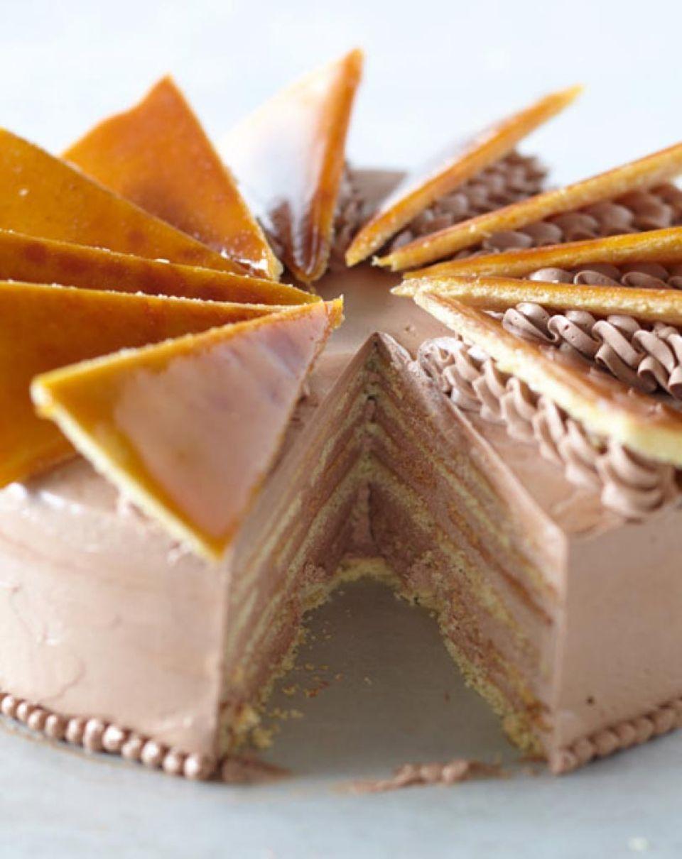 Dobos-Torte mit Karamell-Deko.
