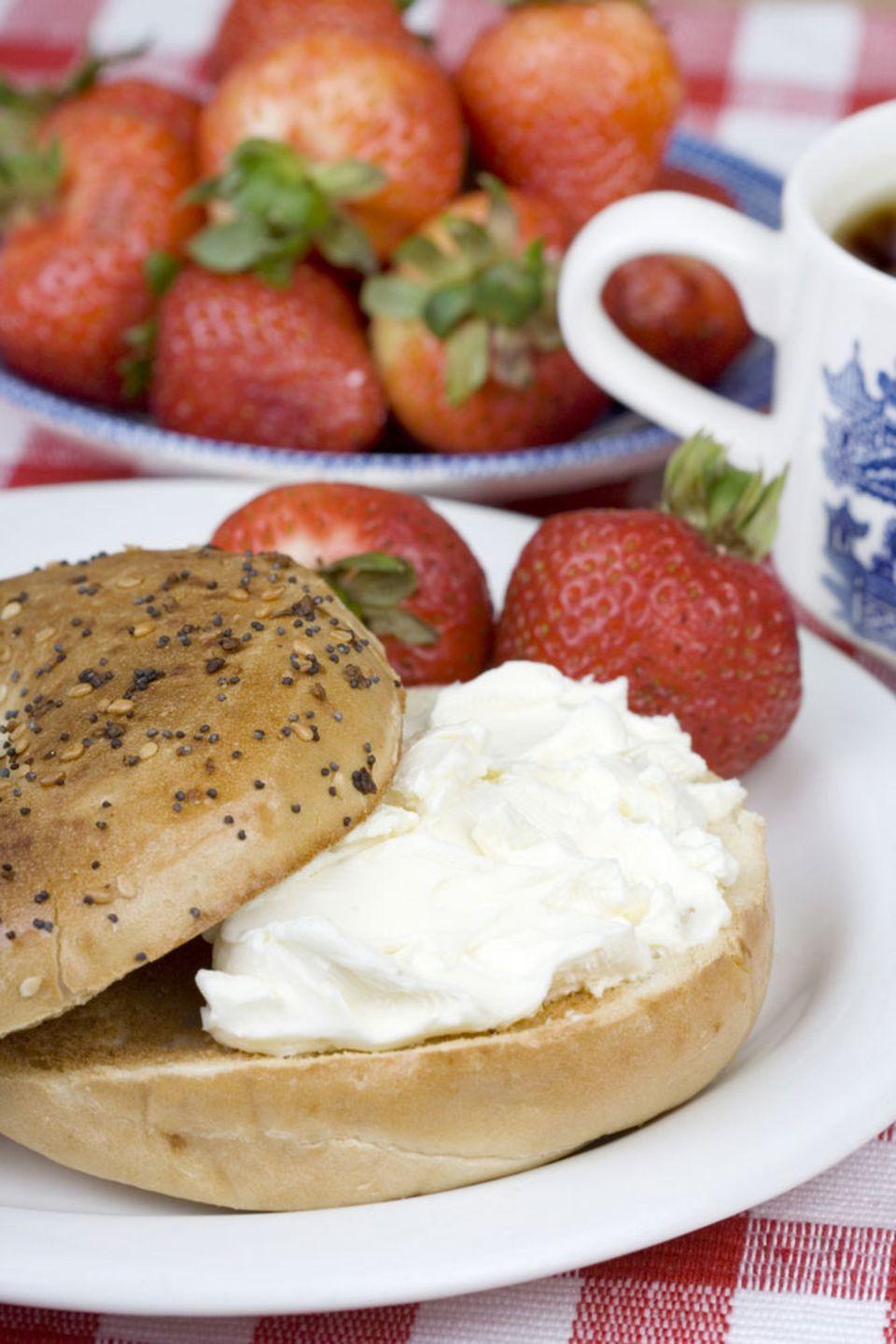 Fruchtige Variante: Bagel mit Frischkäse und Erdbeeren