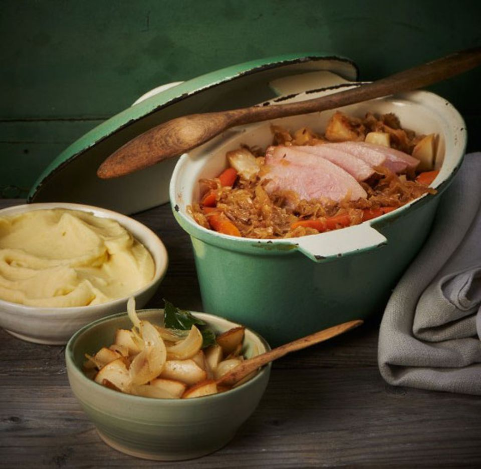 Die Schweinebacke gibt beim schonenden Schmoren das rauchig herzhafte Aroma an das Sauerkraut ab