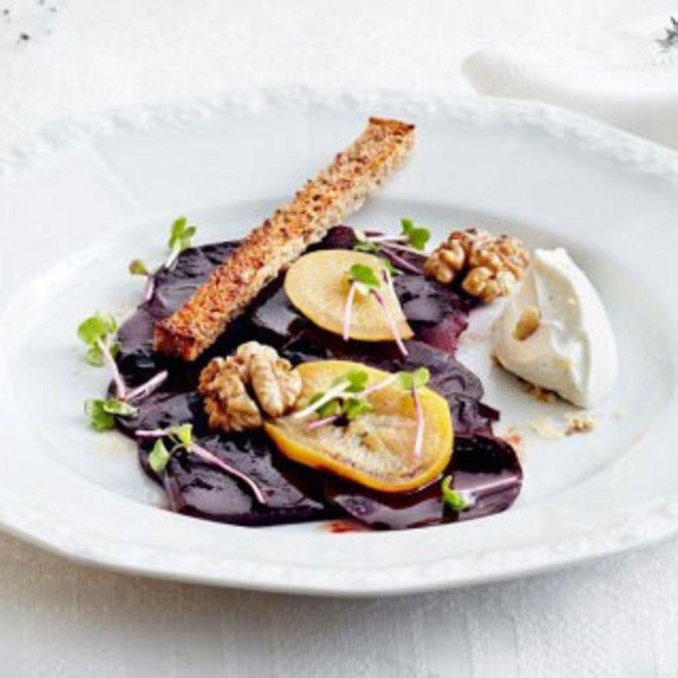 Rote Bete als feine Vorspeise: Rote-Bete-Salat mit Salzzitrone und Käse-Mousse