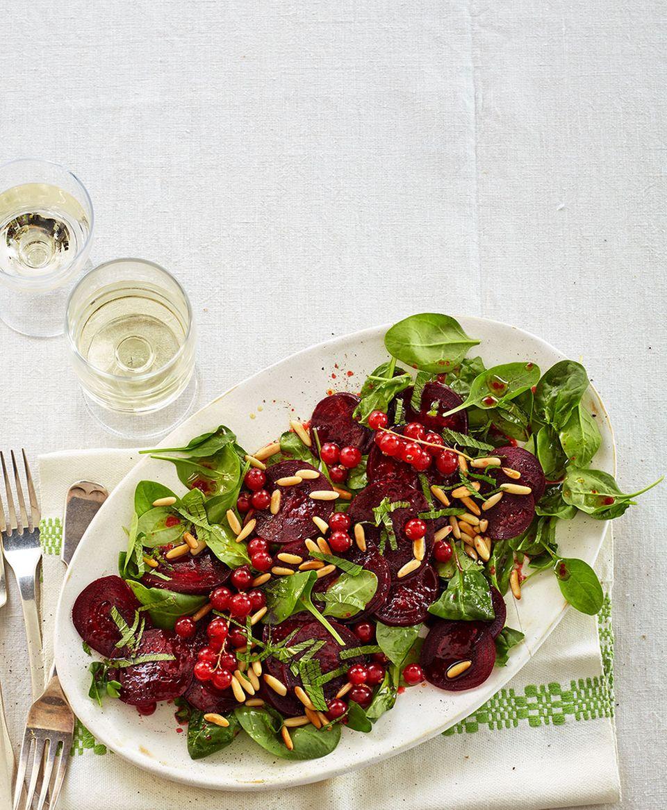 Rote-Bete-Salat mit Johannisbeer-Dressing