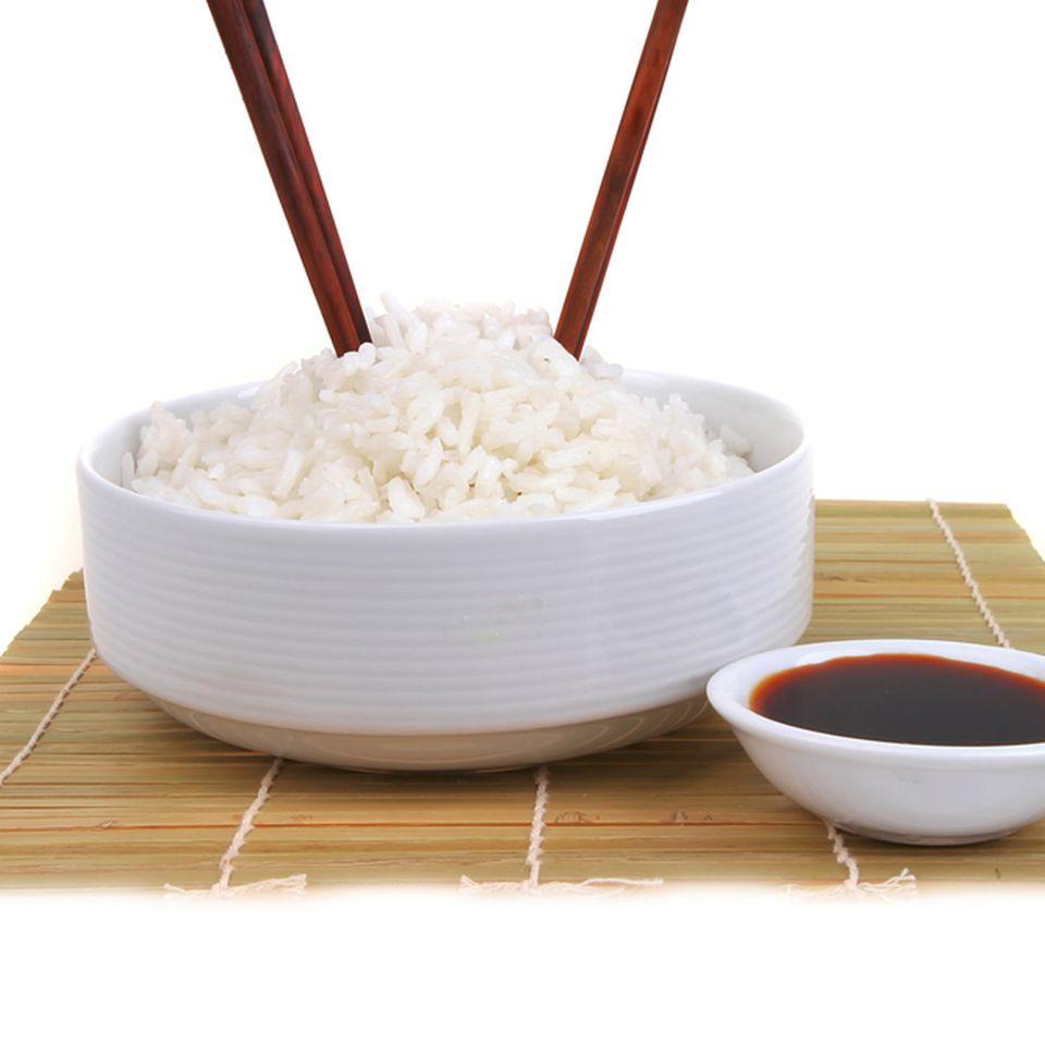 So bitte nicht! Stäbchen in den Reis stecken, ist in China ein Fauxpas