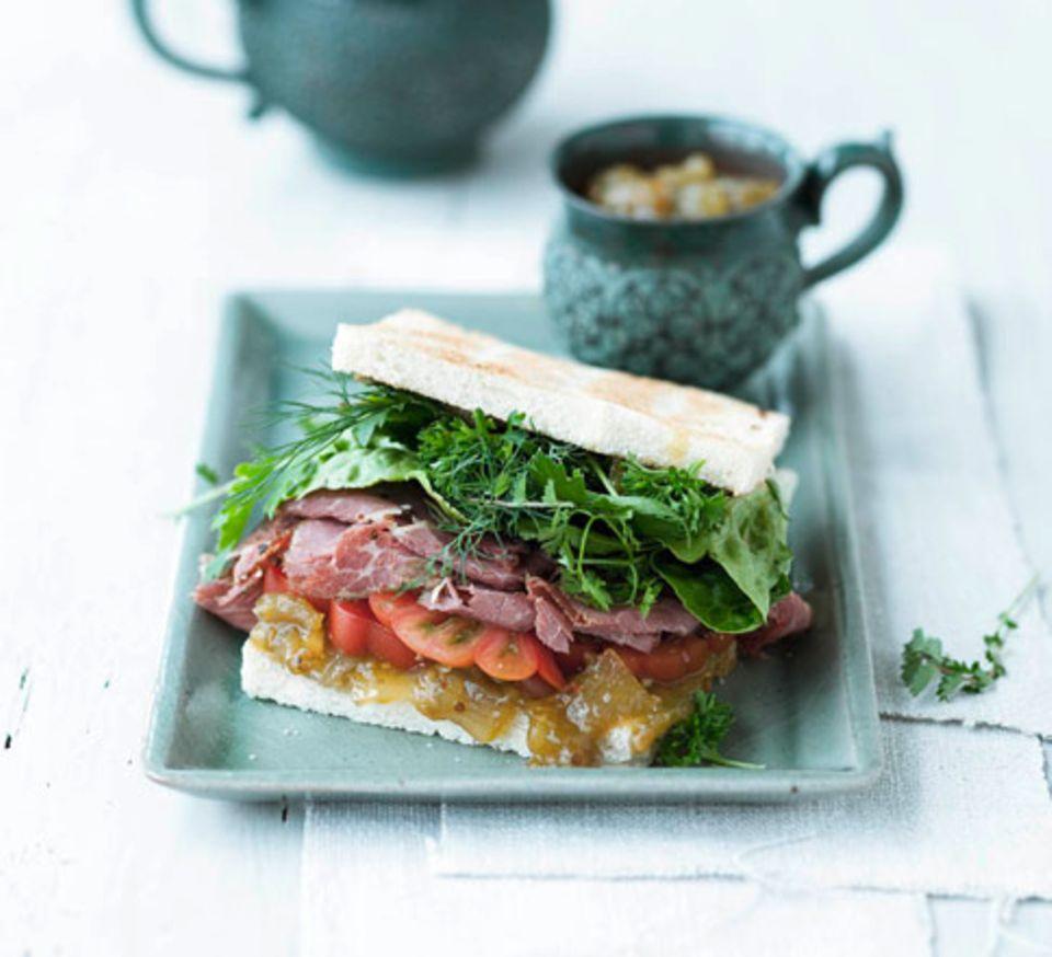 Sandwich mit grünem Tomaten-Relish und Pastrami