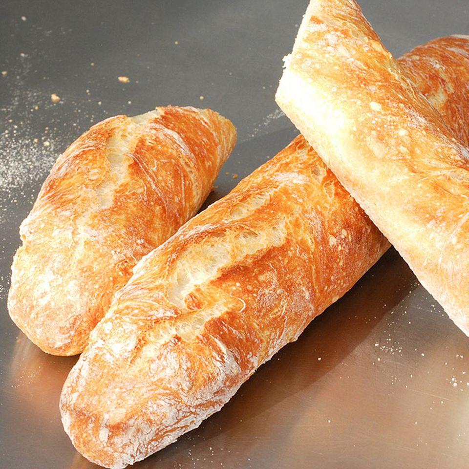 Knuspriges weißes Brot passt gut zu Rillette
