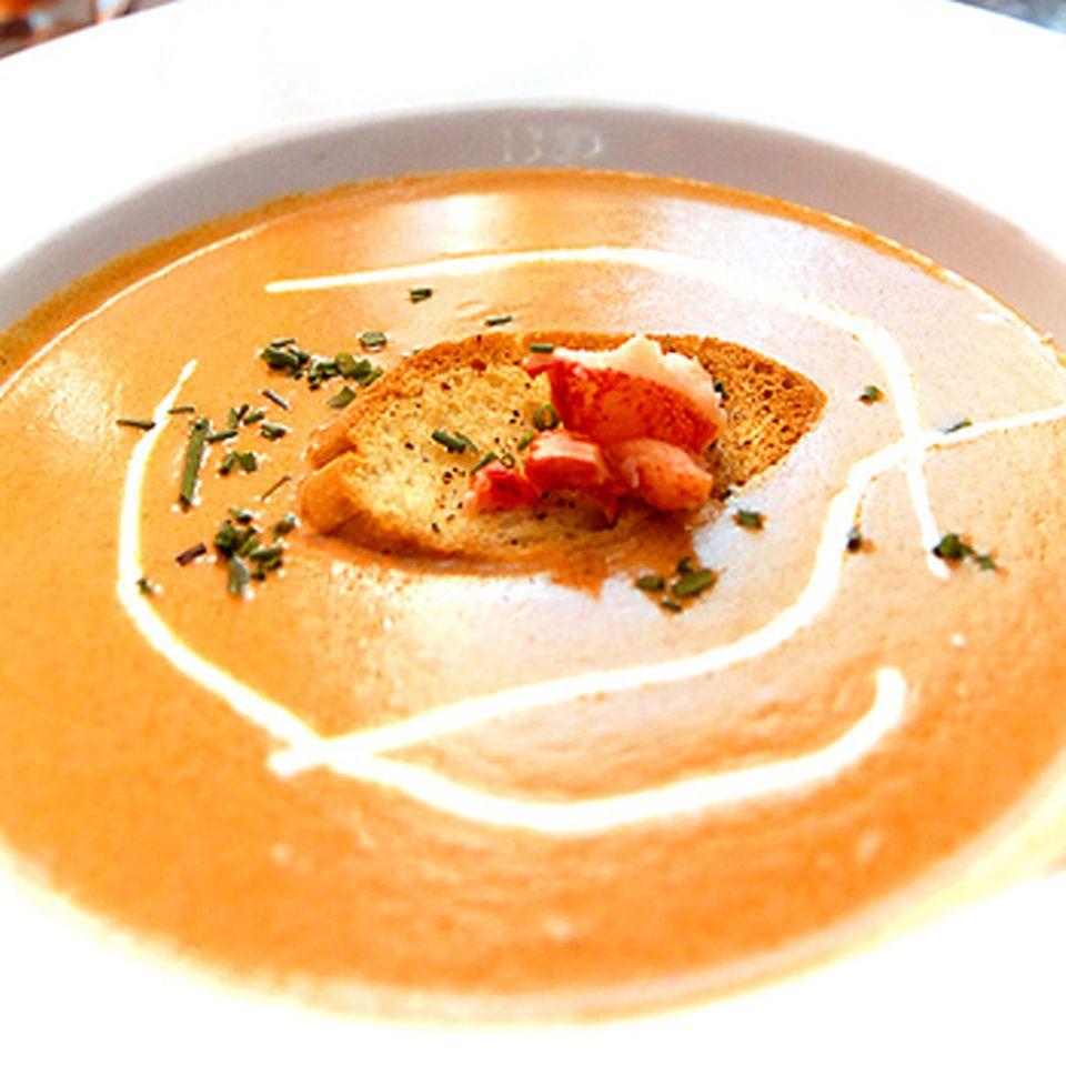 Tomaten und Paprika geben Bisque eine schöne Farbe.