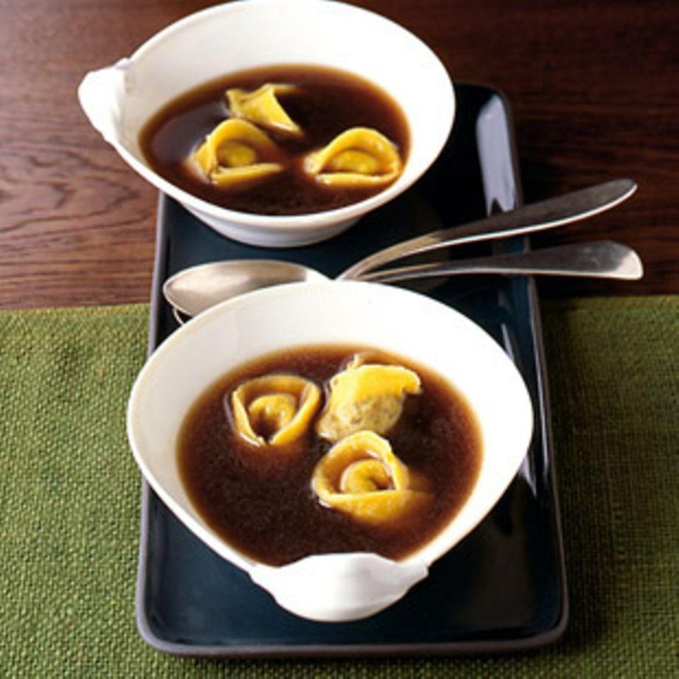 Ochsenschwanzsuppe mit Tortellini.