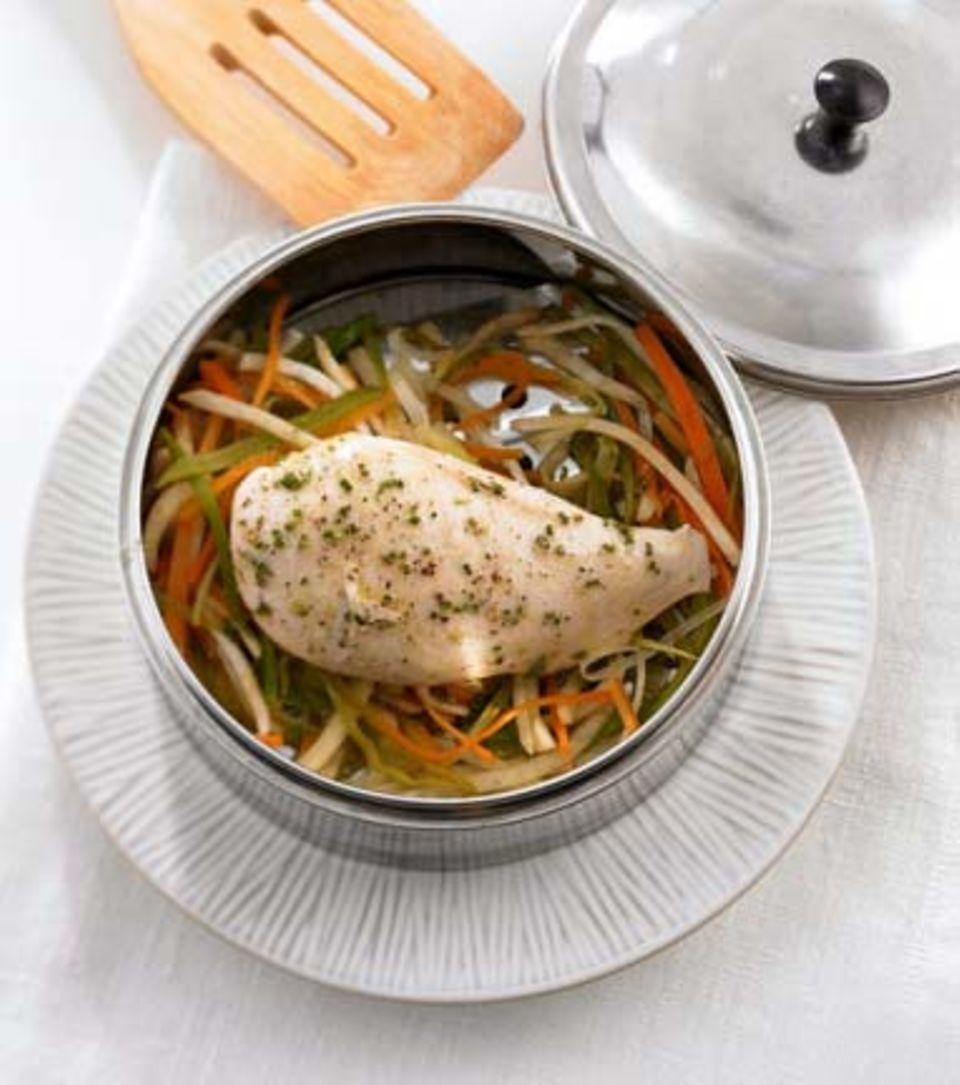 Hähnchenbrust auf Gemüsestreifen
