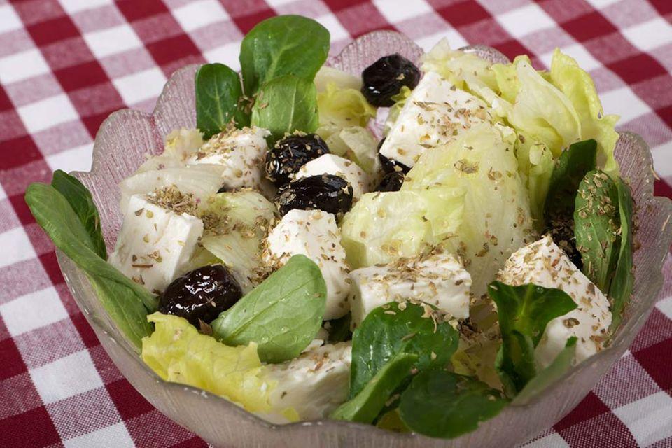 Beliebt: Feta und Oliven auf Salat.