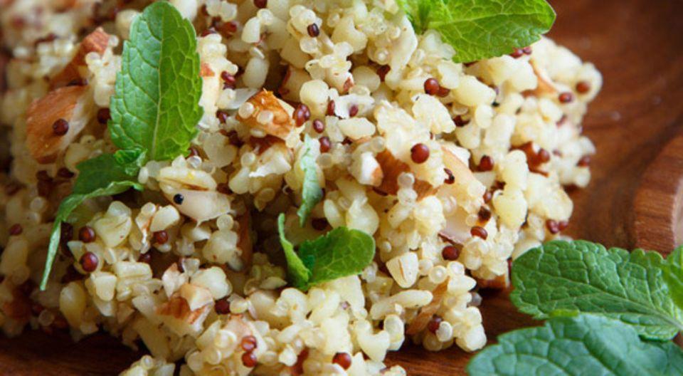 Quinoa eignet sich für Salate, als Beilage, in Aufläufen, Müslis und Smoothies