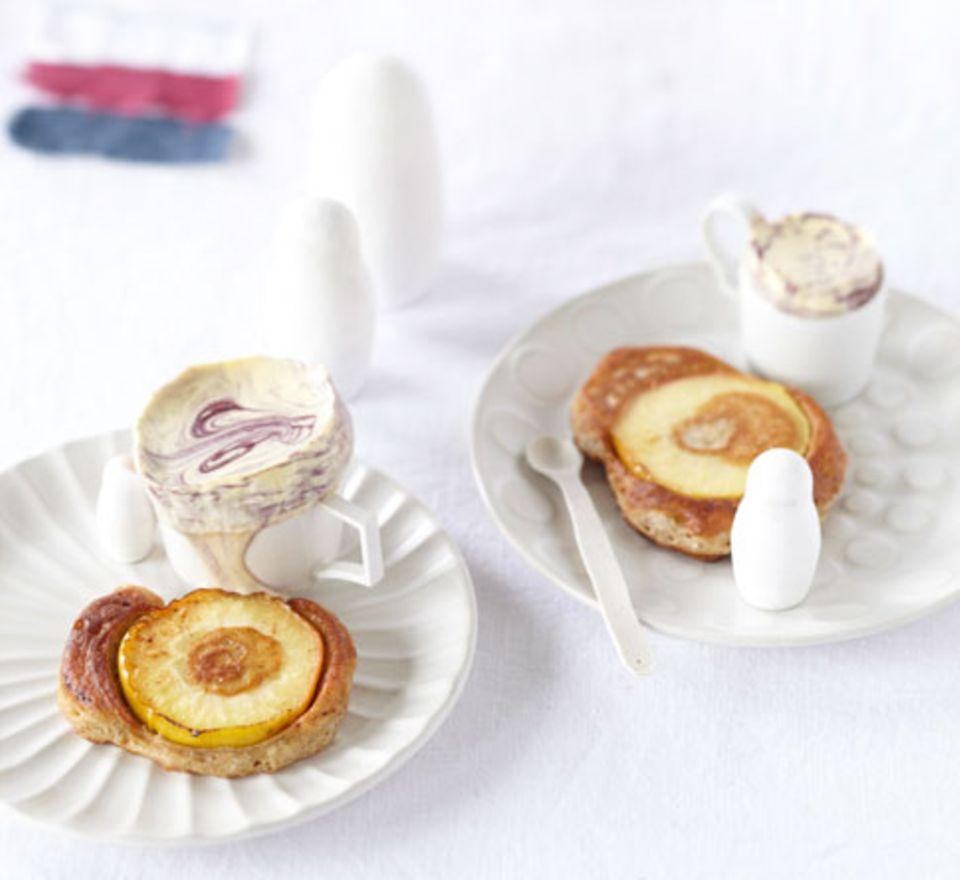 Für alle, die es gern süß mögen: Apfel-Blini mit Holunder-Parfait