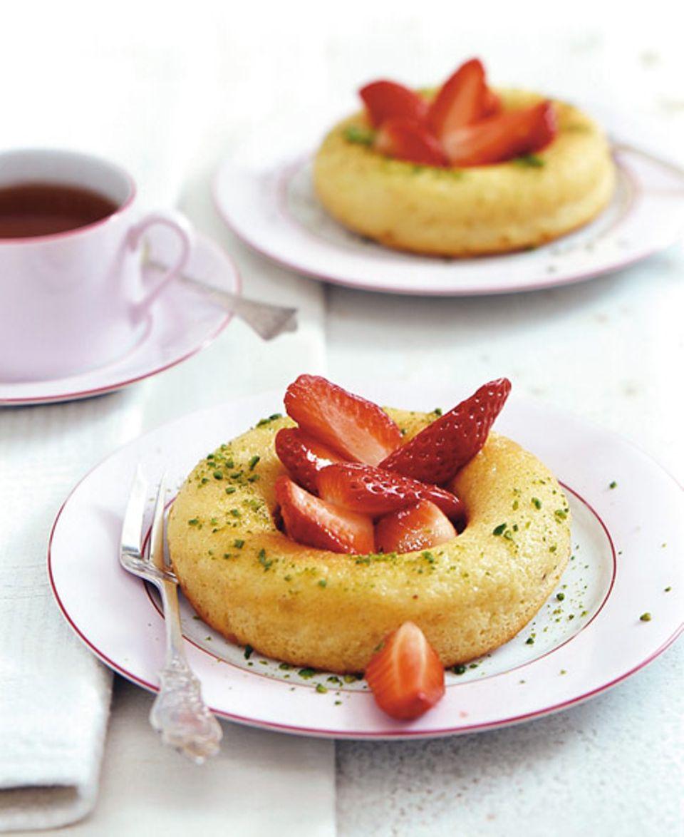 Limetten Savarin mit Erdbeeren