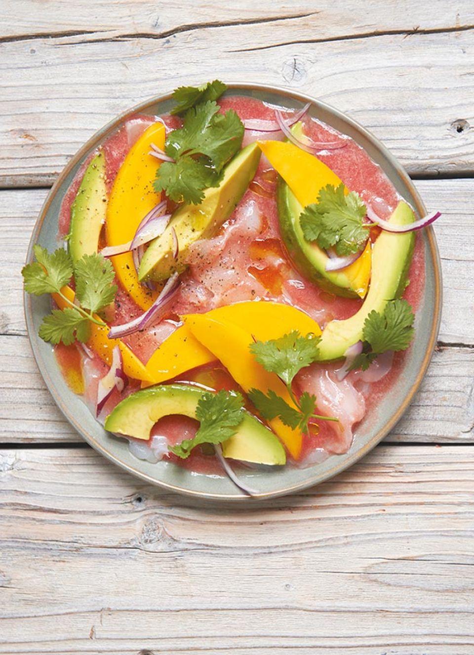 Ach herzhaft ein Traum: Mit Avocado, Zwiebel, Tomate und Korander verfeinern Mangoscheiben ein zartes Kabeljau-Ceviche