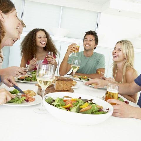 In geselliger Runde schmeckt das Essen doppelt gut