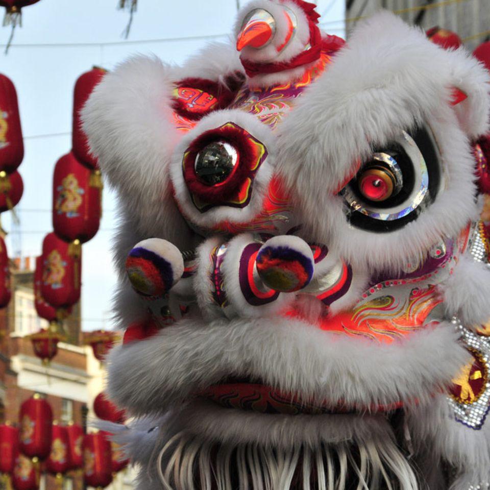 Drachen und rote Laternen sind wichtige Symbole beim chinesischen Neujahrsfest