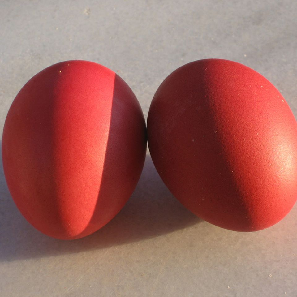 Nicht ohne Grund sind die Eier im Tsoureki rot
