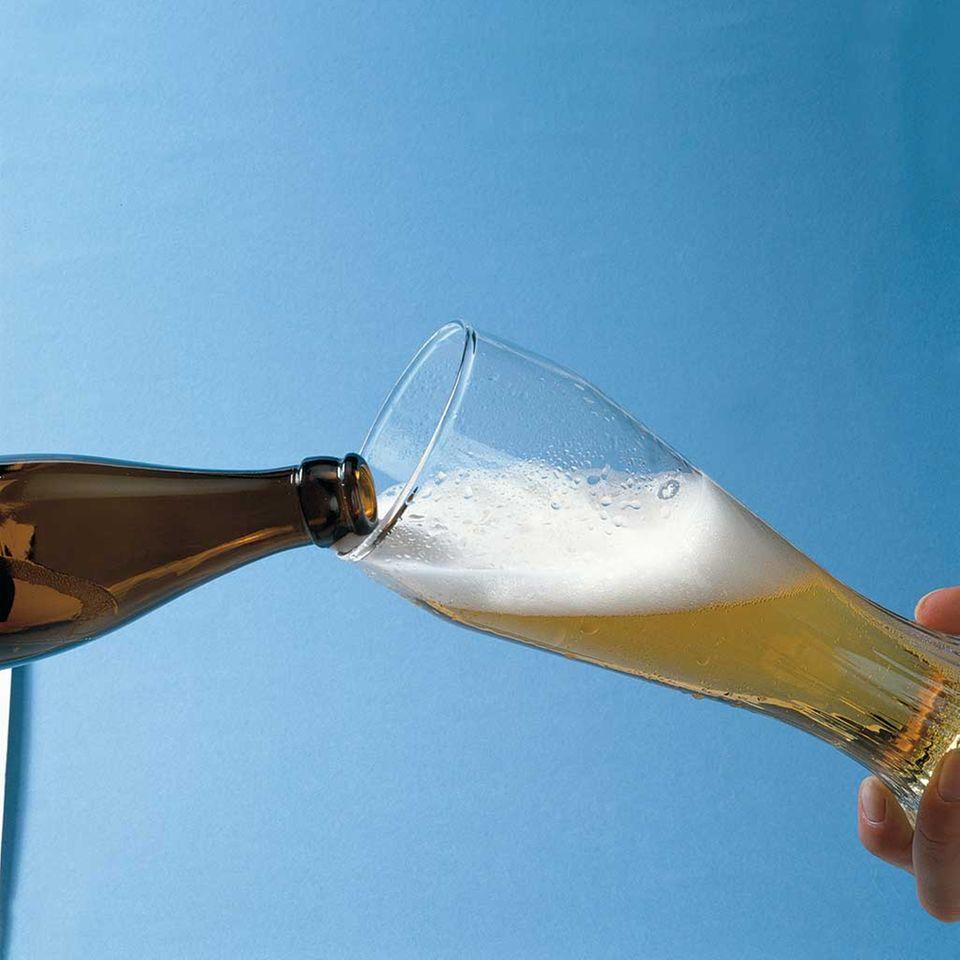 Wichtig beim Weißbiereinschank: Das Glas schief halten!