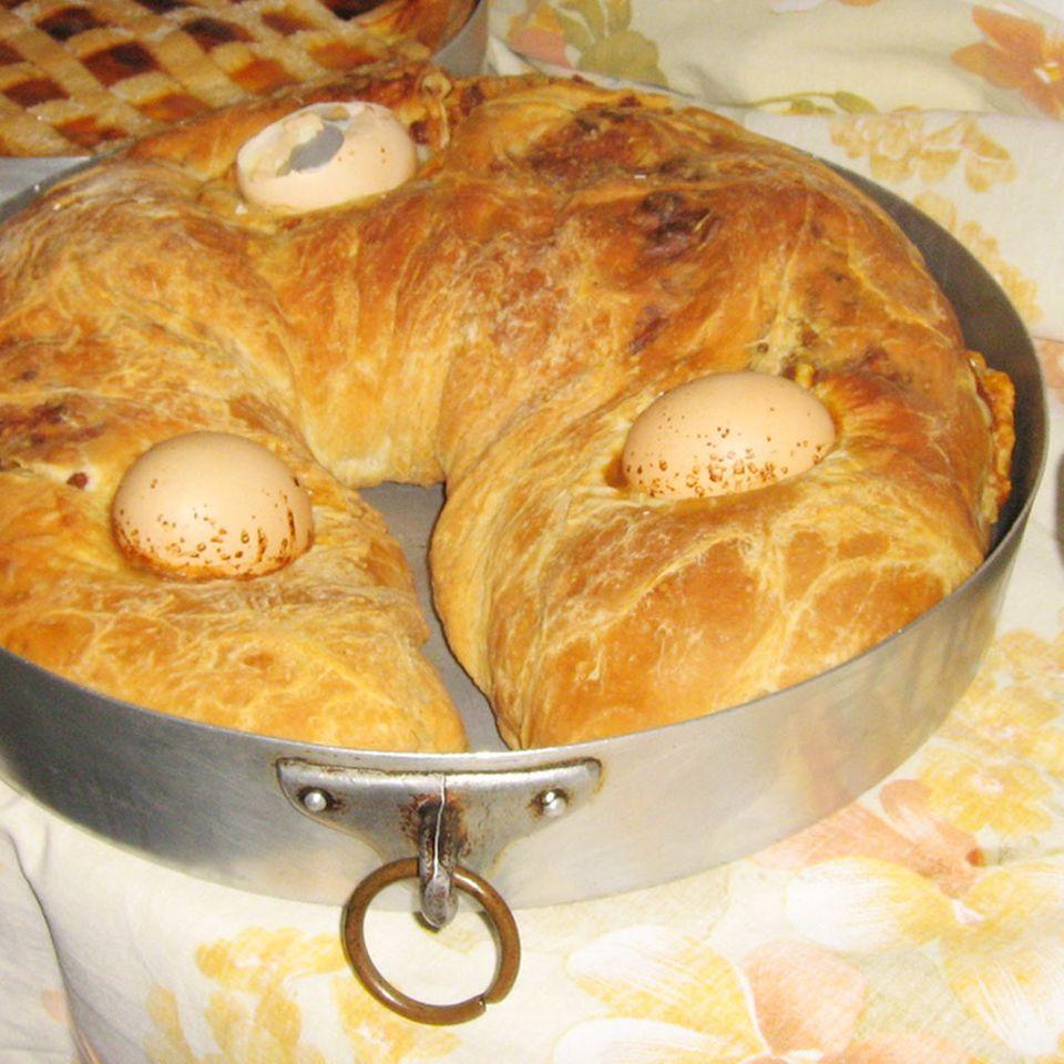 Traditionell wird Casatiello in Ringform und mit Eiern zubereitet