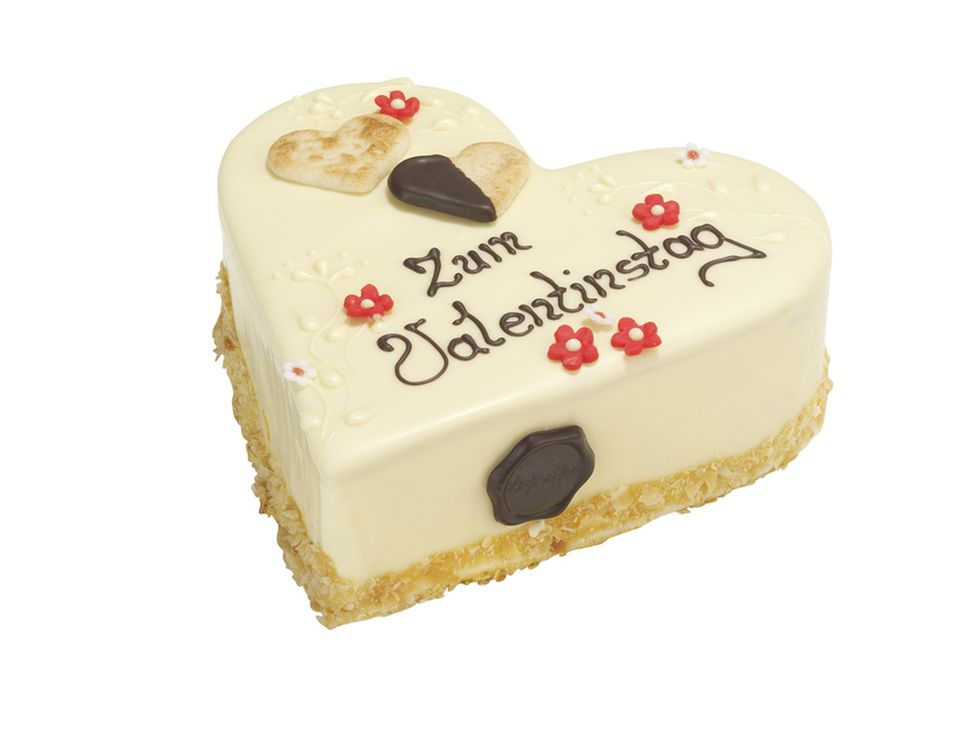 Die Valentinstagstorte hat einen Guss aus weißer Schokolade