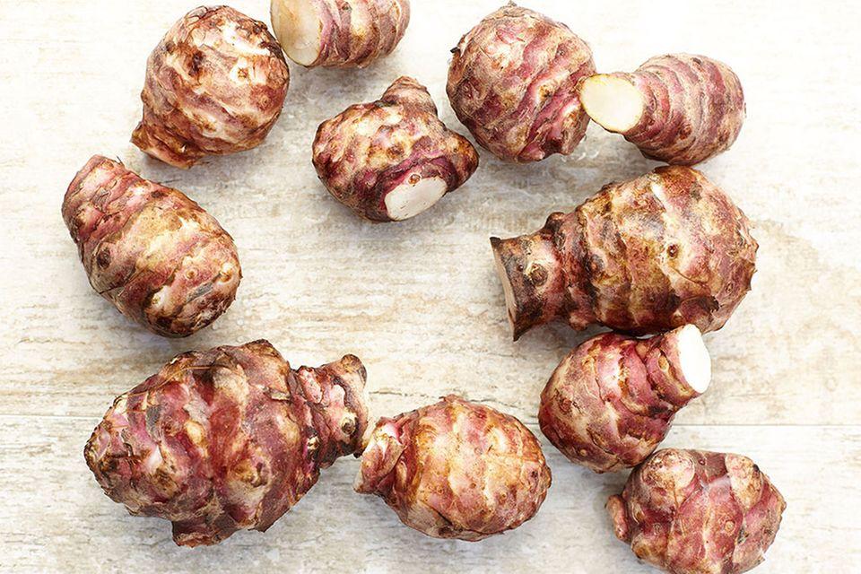 Der Geschmack von Topinambur ist nussig bis süßlich, die Konsistenz erinnert an Artischockenböden
