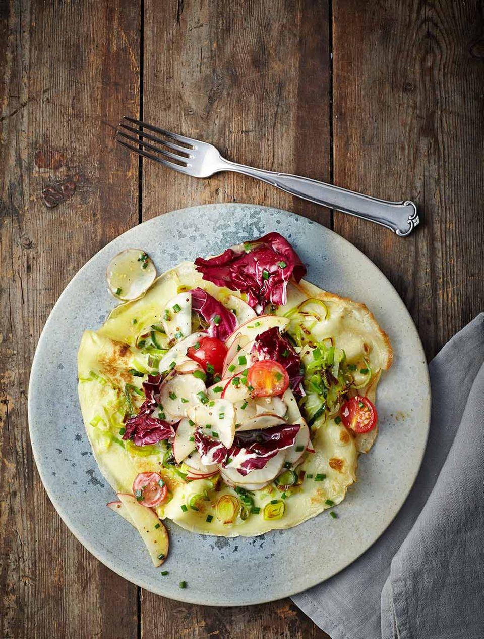 Lecker als angemachter Topinambur-Apfel-Salat zu Lauchpfannkuchen